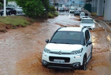 Alagamento na subida do Viaduto Raul Seixas afeta trânsito na região da LIP | Cidadão Repórter | Via WhatsApp