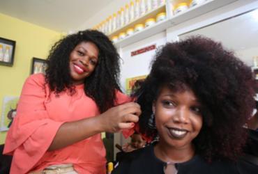 Salões para cabelos crespos e cacheados ganham força em Salvador | Joá Souza