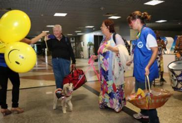 Turistas são recepcionados no aeroporto com o 'Dia do Sorriso'