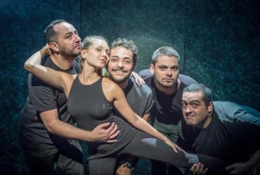 Eduardo Sterblitch e o elenco da peça