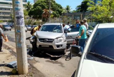 Mulher perde controle de veículo e colide em poste | Nicolas Melo | Ag. A TARDE