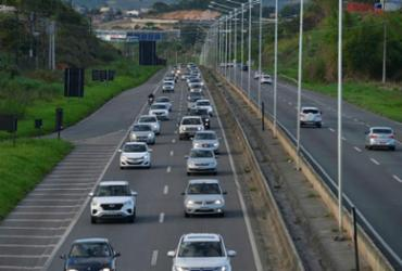 Fluxo de carros saindo da capital deixa trânsito intenso na BR-324 | Shirley Stolze | Ag. A TARDE |