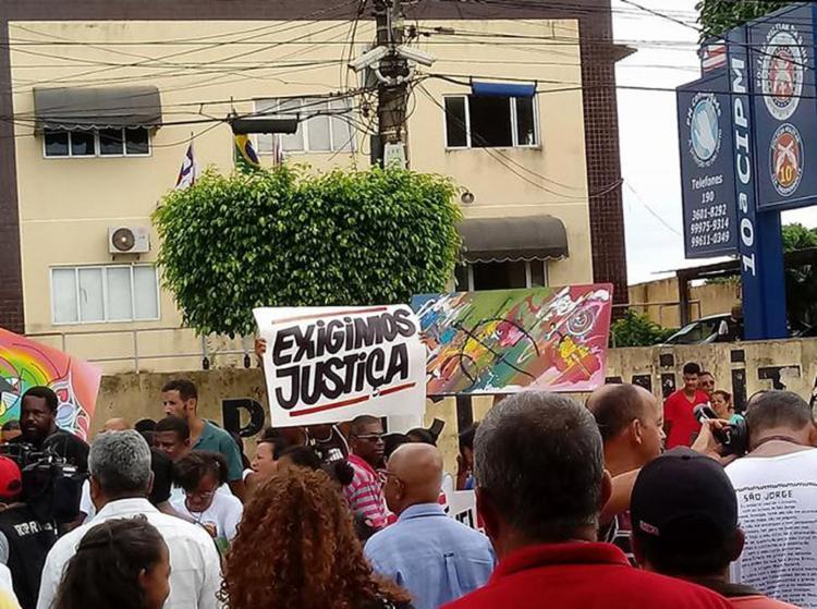 Cerca de 200 pessoas foram protestar contra a ação policial (Foto: Tia Cândia l Reprodução)