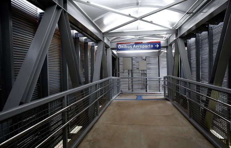 Usuário poderá seguir até um ponto de onde partirão os ônibus para o aeroporto