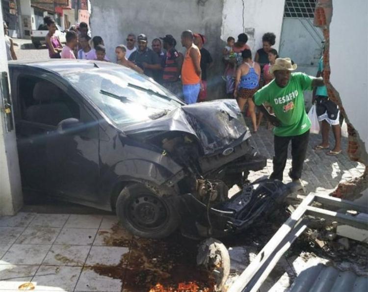Motorista e passageiros ficaram feridos em acidente - Foto: Ed Santos | Reprodução | Acorda Cidade