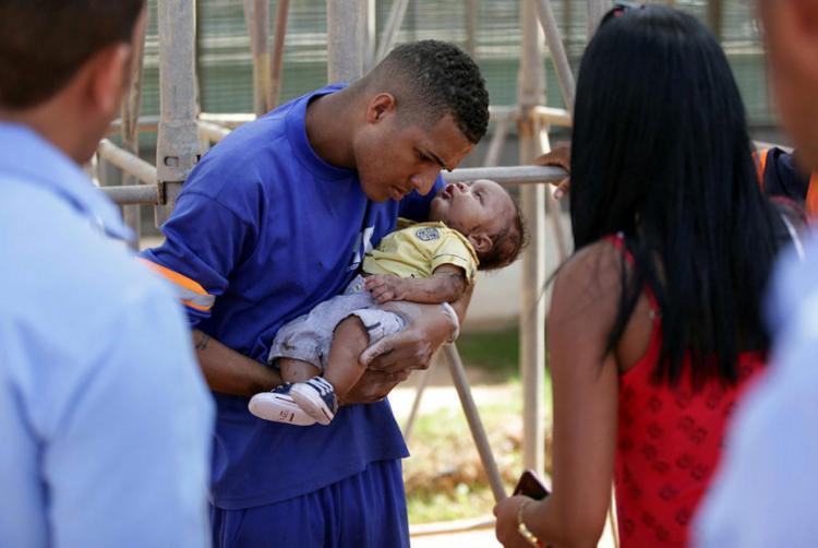 Erik retirou bebê do veículo e prestou os primeiros socorros - Foto: Raul Spinassé | Ag. A TARDE
