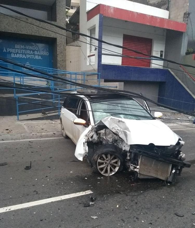 A frente do veículo ficou completamente destruída (Foto: Divulgação | Transalvador)