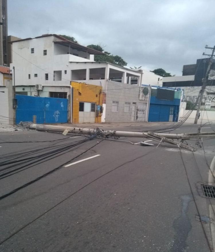 Outro poste também caiu, bloqueando a via (Foto: Divulgação | Transalvador)