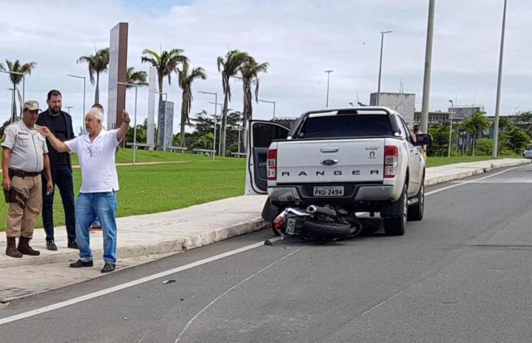 Motocicleta foi arrastada por picape - Foto: Carlos Eduardo Freitas   Via WhatsApp