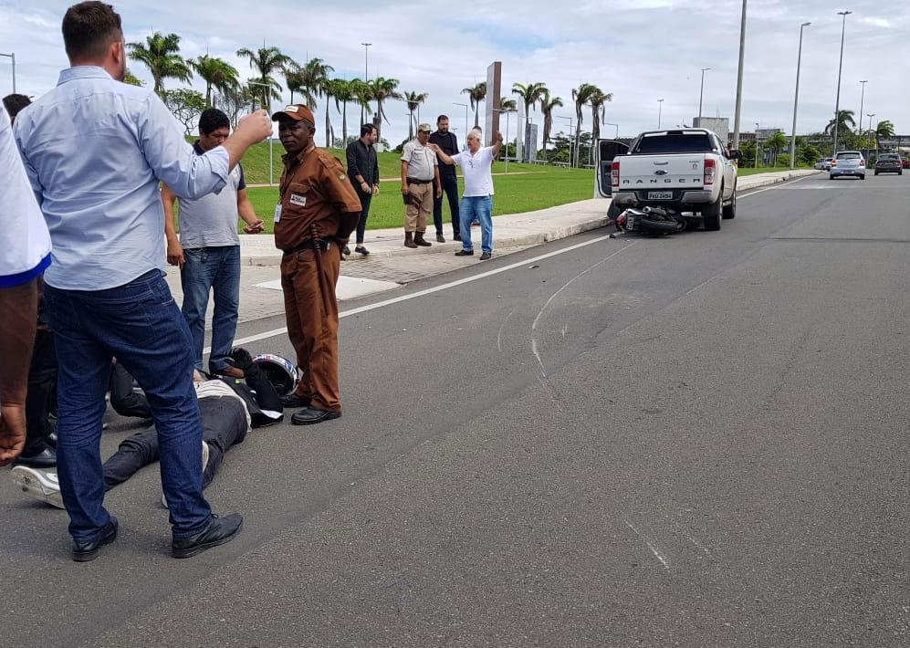 Motociclista ficou ferido no acidente (Foto: Carlos Eduardo Freitas   Via WhatsApp)