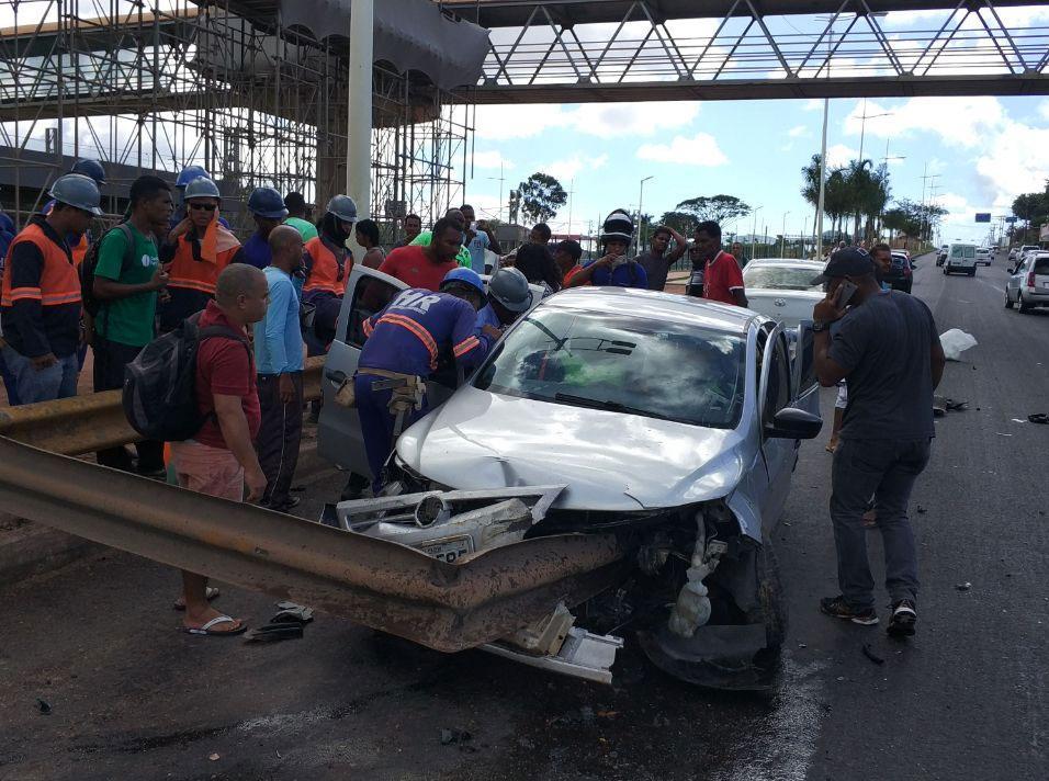 Voyage bateu em guardrail após motorista perder controle do carro