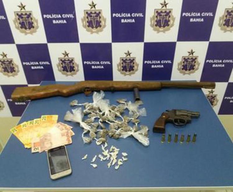 Armas, dinheiro e drogas já embaladas para venda foram encontradas na casa do jovem - Foto: Divulgação | Polícia Civil