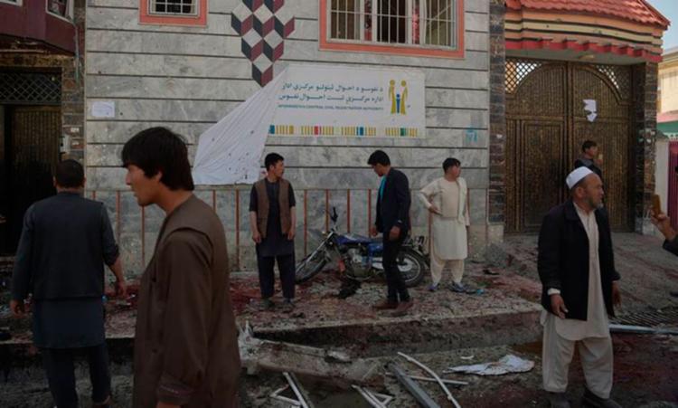 Outras 54 pessoas ficaram feridas no ataque que atingiu o centro de registro de eleitores na capital afegã - Foto: Shah Marai | AFP