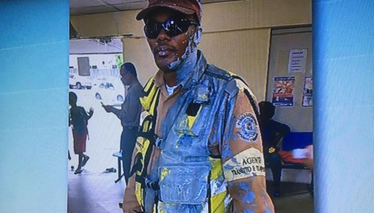 Agente de trânsito foi atingido com tinta nesta sexta - Foto: Reprodução   TV Record