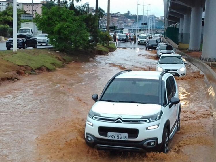 Alagamento afeta a subida do viaduto Raul Seixas - Foto: Joá Souza | Ag. A TARDE