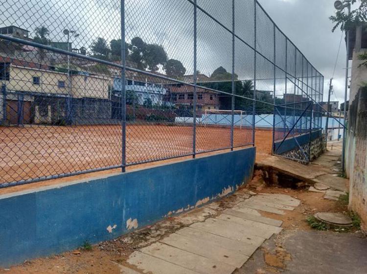 Moradores revelaram que a praça esportiva tem servido de palco para tiroteios - Foto: Jefferson Domingos l Ag. A TARDE