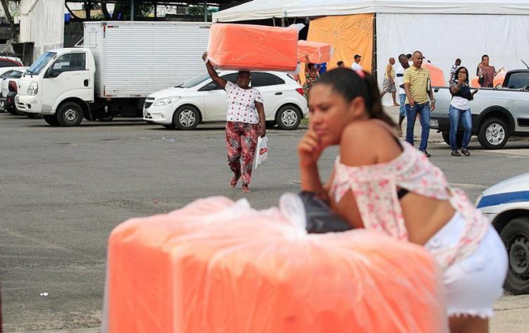 Trabalhadores saem em bloco da sede da Semop com o material para trabalhar em micareta fora de época - Foto: Luciano da Matta l Ag. A TARDE