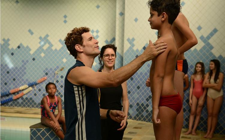 Daniel Oliveira interpreta um professor de natação acusado de cometer assédio com um aluno - Foto: Divulgação