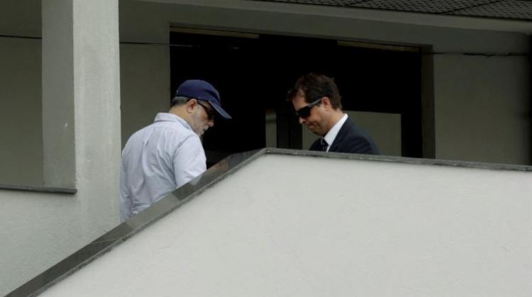 Marcelo Sereno (E) chega preso à sede da PF, na Praça Mauá (RJ) - Foto: Gabriel de Paiva l Ag. O Globo