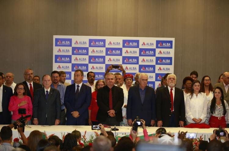 O governador Rui Costa (PT) e representantes de partidos aliados prestigiaram o ato - Foto: Luciano Carcará l Ag. A TARDE