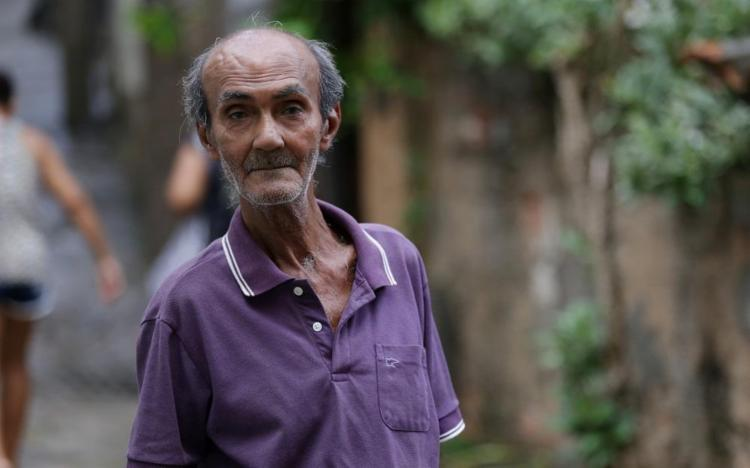 Aurelino vive numa casa humilde no bairro de Ondina, onde pinta há mais de 50 anos - Foto: Adilton Venegeroles / Ag. A TARDE