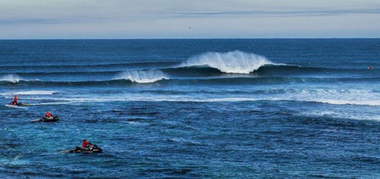 Dois ataques de tubarões ocorreram nas últimas 24 horas, causando pânico e assustando os surfistas - Foto: kelly Cestari l WSL