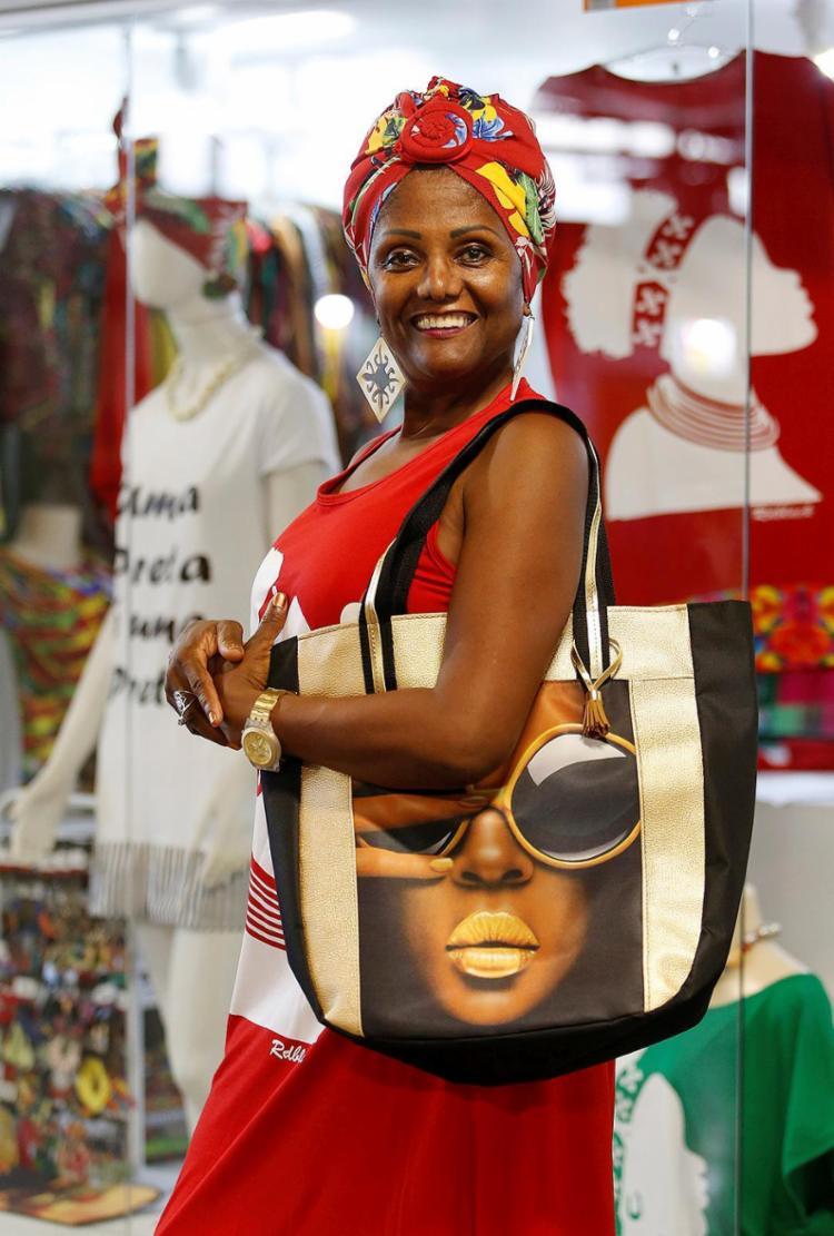 Auxiliadora criou a Zambi, loja que estampa as culturas africana e baiana em seus produtos - Foto: Adilton Venegeroles l Ag. A TARDE