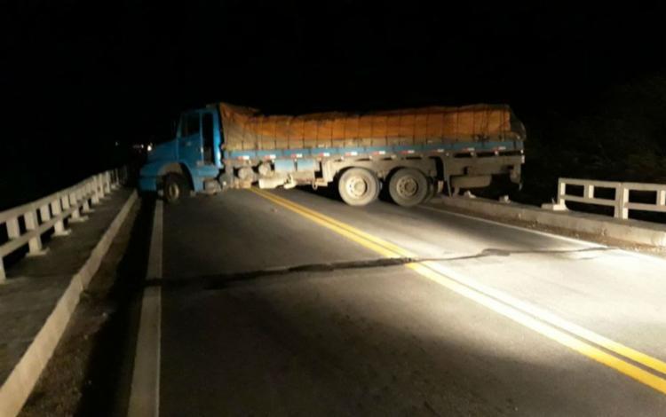 Bandidos usaram o caminhão para impedir a passagem do carro-forte - Foto: Reprodução   Blog Carlos Britto