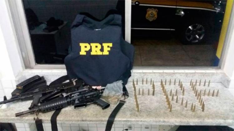 Armas e munições estavam dentro de um carro com restrição de roubo - Foto: Divulgação   PRF
