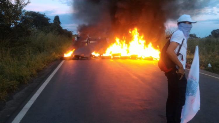 Grupo ateou fogo em objetos para impedir a passagem dos veículos - Foto: Divulgação   CUT