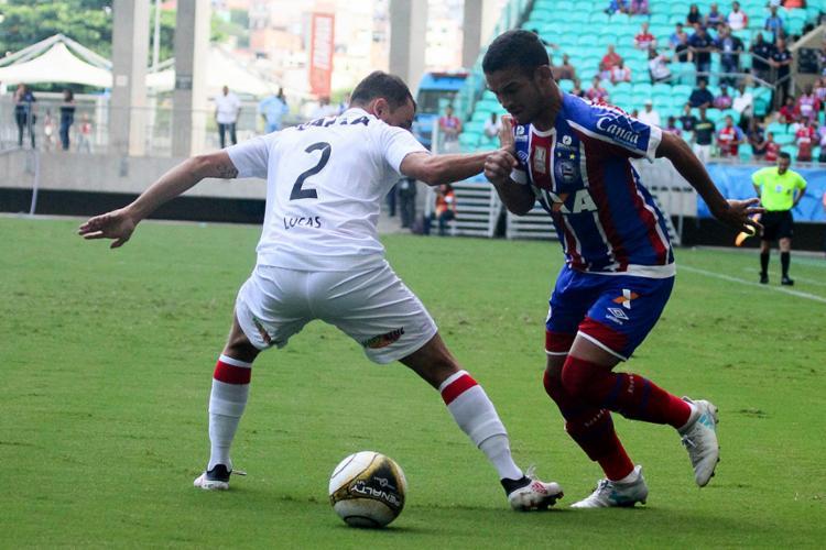 O experiente lateral Lucas sofreu para marcar o jovem tricolor Marco Antônio no Ba-Vi - Foto: Marcelo Malaquias l EC Bahia