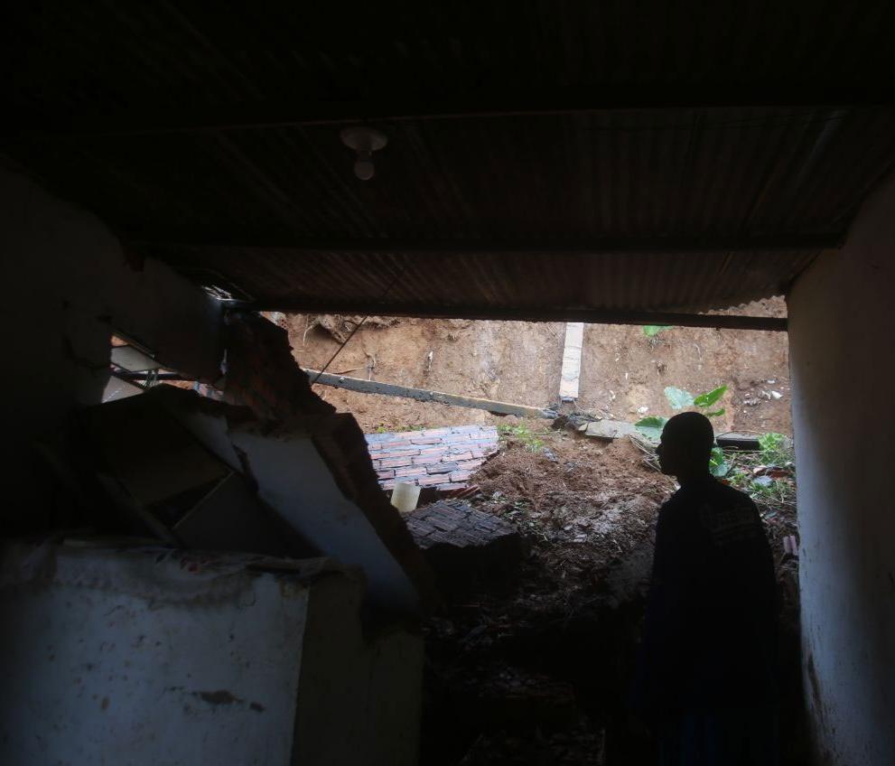 Parte do imóvel desabou logo após Gilmar sair para trabalhar (Foto: Raul Spinassé | Ag. A TARDE)