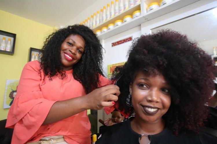 No salão Beleza Negra, Carla Conceição aposta em produtos livres de química - Foto: Joá Souza