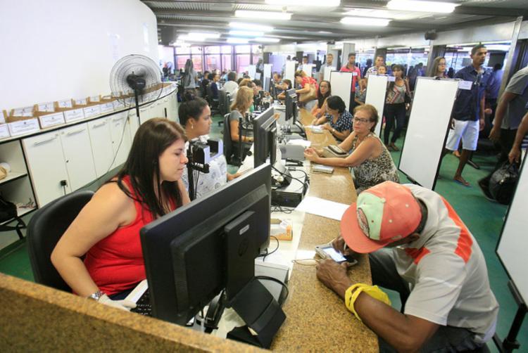 Movimento de eleitores com título cancelado tem sido intenso na sede do TRE-BA - Foto: Luciano da Matta   Ag. A TARDE   10.04.2018