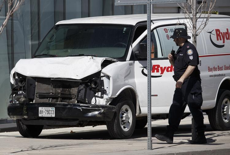 Polícia inspeciona o veículo usado pelo atropelador - Foto: Cole Burston l Getty Images l AFP