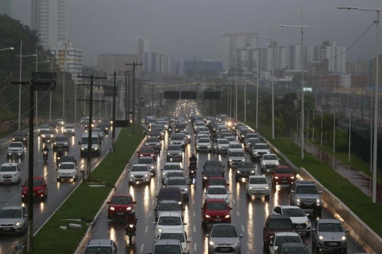 Trânsito intenso na Paralela por conta da chuva nesta sexta   Foto: Raul Spinassé   Ag. A TARDE