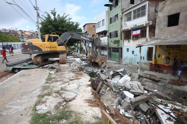 As equipes realizaram demolição na manhã desta quarta-feira - Foto: Joá Souza l Ag. A TARDE
