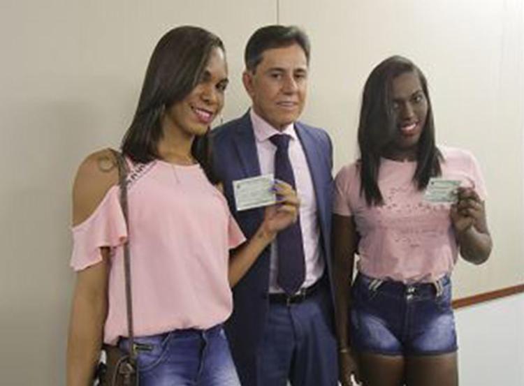 Presidente do TRE-BA, José Rotondano, e eleitoras com nome social - Foto: Margarida Neide l Ag. A TARDE