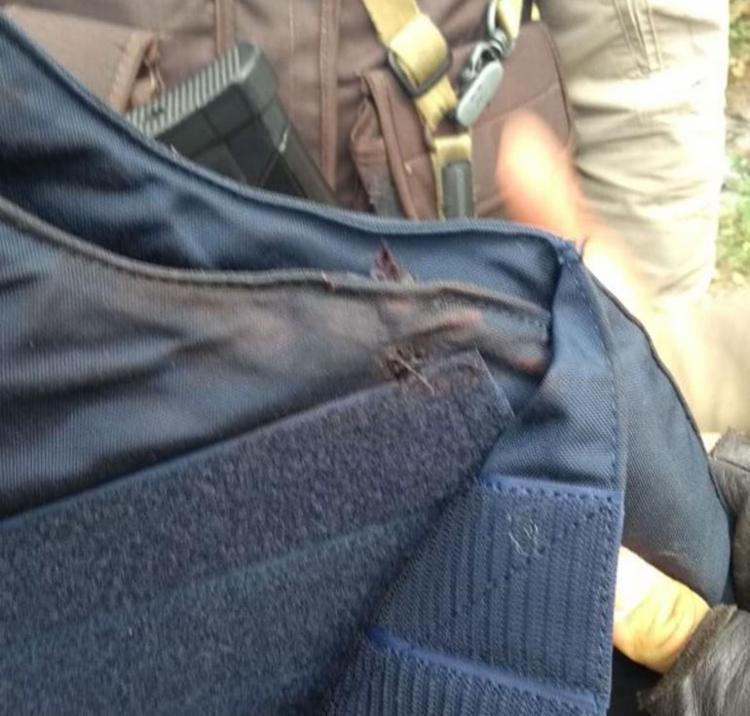 Bala atingiu lateral do colete do policial - Foto: Reprodução