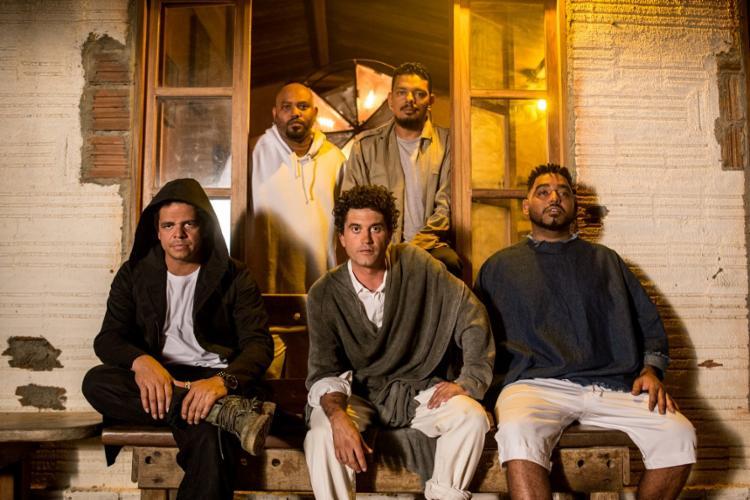 Rafael Almeida, Clayton Barros, Lirinha, Nego Henrique e Emerson Calado - Foto: Divulgação