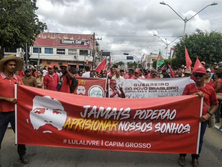 Manifestantes percorrem as ruas de Capim Grosso