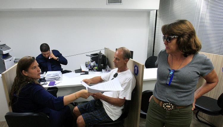 Empresários Álvaro Mendes (D) e Lúcia Cavalcante (em pé), com a advogada Renata Botto, durante a audiência de oficialização de divórcio em um cartório da capital - Foto: Luciano da Matta l Ag. A TARDE