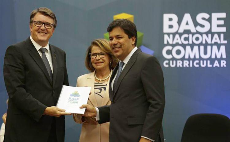 Ministro da Educação, Mendonça Filho (à dir.), durante entrega da BNCC - Foto: Fabio Rodrigues Pozzebom l Agência Brasil
