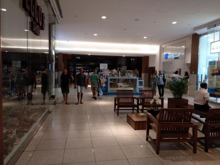 Consumidores circulam normalmente no shopping mesmo com queda parcial de energia - Foto: Victor Rosa | Ag. A TARDE