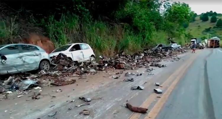Após as colisões, material levado por carreta ficou espalhado na rodovia - Foto: Reprodução | TV Bahia