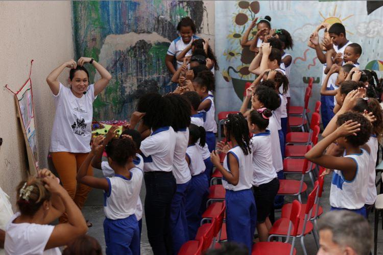 A universitária Paula Silvestre realiza atividade na Escola Municipal Simões Filho - Foto: Adilton Venegeroles l Ag. A TARDE