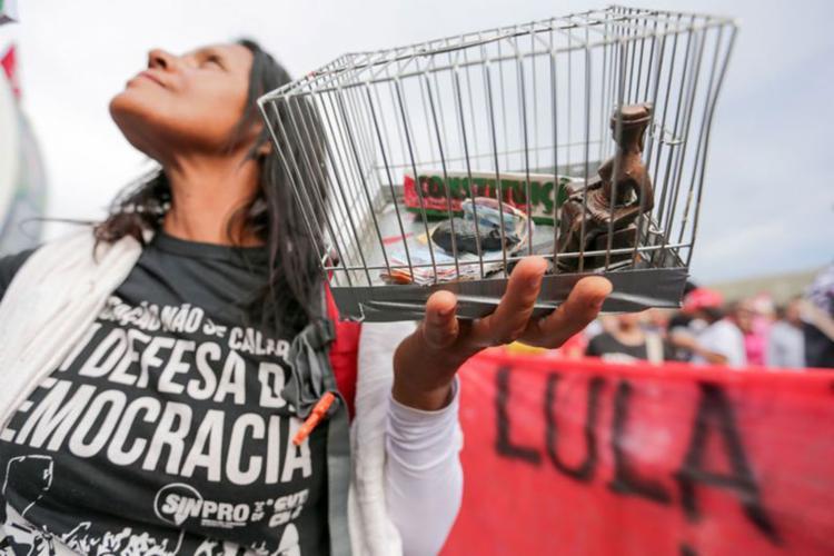 Para manifestantes pró-Lula, prisão do ex-presidente fere a democracia - Foto: Fabio Rodrigues Pozzebom   Agência Brasil