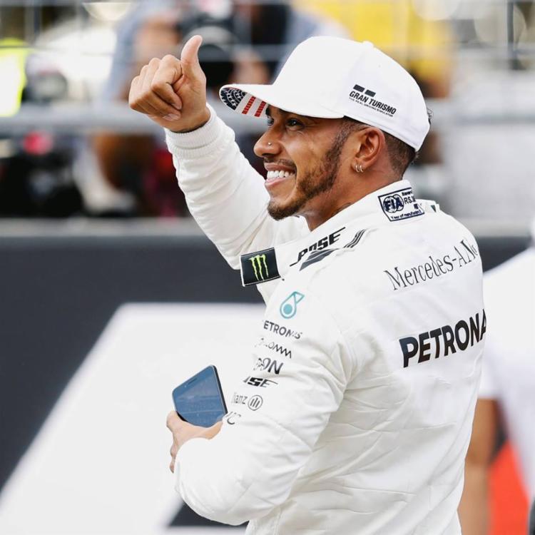 Hamilton comemorando mais uma vitória pela Mercedes - Foto: Reprodução | Facebook