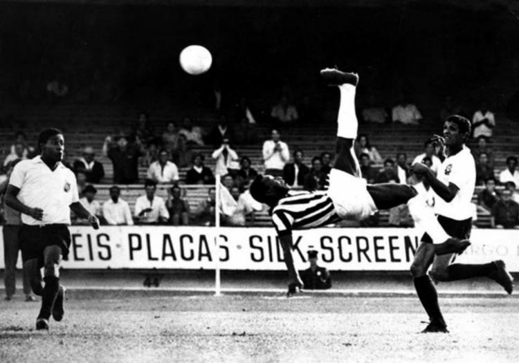 Pelé compartilhou a foto e aproveitou para brincar com Cristiano Ronaldo - Foto: Reprodução