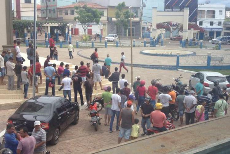 Caso movimentou a praça da cidade com transeuntes curiosos - Foto: Reprodução   Blog do Anderson